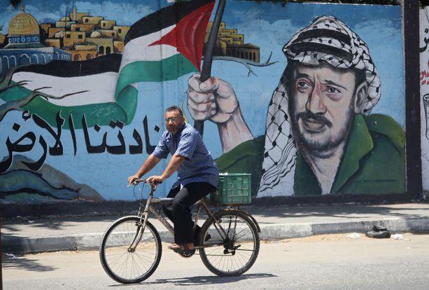 Arafat on edelleen legendaarinen hahmo Lähi-idässä. Tässä hänen kasvonsa koristavat seinää Gazassa.
