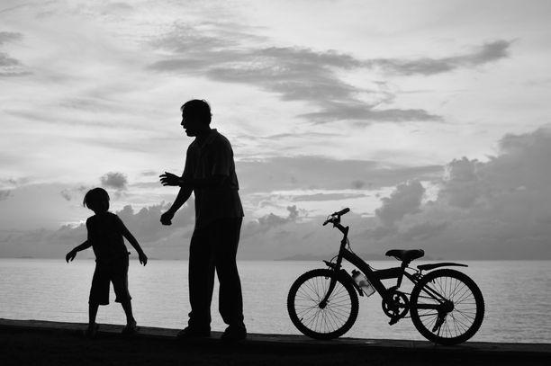 – Pojan tapaamisaikataulut on täytynyt muokata uusiksi ja vaihtoväli vanhempien välillä on venynyt viikkoihin, kertoo eroperheen äiti korona-arjesta Iltalehden haastattelussa.