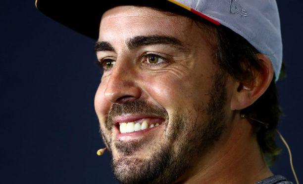 Fernando Alonso lätki palloa, kun muut ajoivat.
