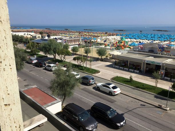 Hotellin ikkunasta avautui näkymä rannalle.
