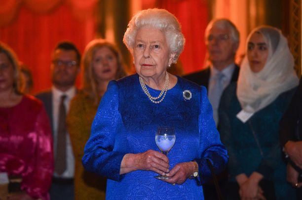 Kuningatar Elisabet rentoutuu sunnuntaisin televisiota katsellen.