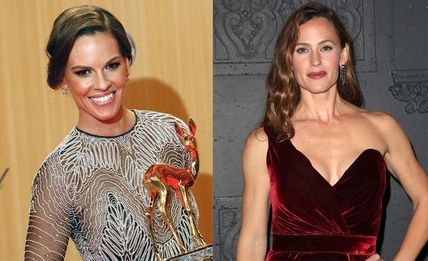 Näyttelijöillä on kaksi vuotta ikäeroa. Vasemmalla Hilary Swank, oikealla Jennifer Garner.