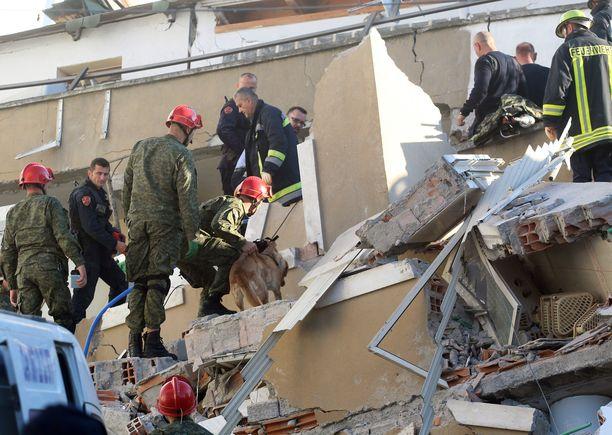 Pelastusmiehet, sotilaat ja poliisi etsivät eloonjääneitä Durresissa Albaniassa tiistaisen maanjäristyksen jäljiltä.