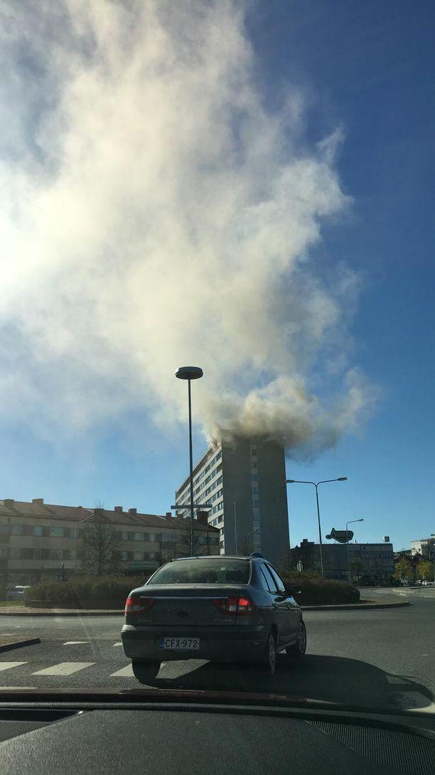 Palosta levisi korkea savupatsas Porin taivaalle.