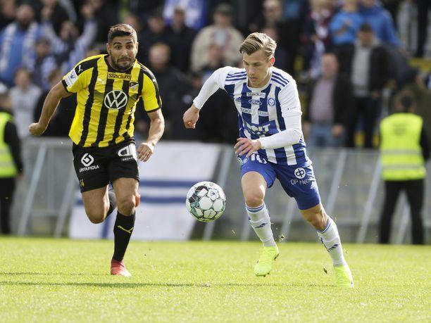 Lucas Lingman (oik.) ja Borjas Martin Gonzalez taistelivat pallosta Metroderbyssä.