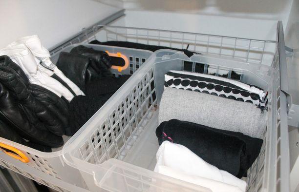 Kun vaatteet, pipot ja muut tekstiilit viikataan pystyyn, eikä päällekäin, laatikon sisällön näkee heti.