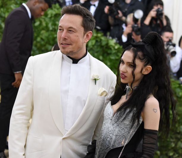 Elon Musk ja Grimes juhlivat yhdessä Met Galassa keväällä 2018.
