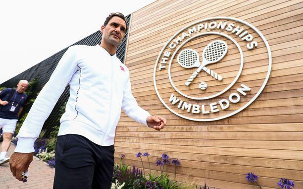 Roger Federer on tehnyt vuosien saatossa Wimbledonissa tuhoisaa jälkeä. Kahdeksan kaksinpelimestaruutta voittanut sveitsiläinen tavoittelee keskiviikkona sadatta Wimbledon-voittoaan.