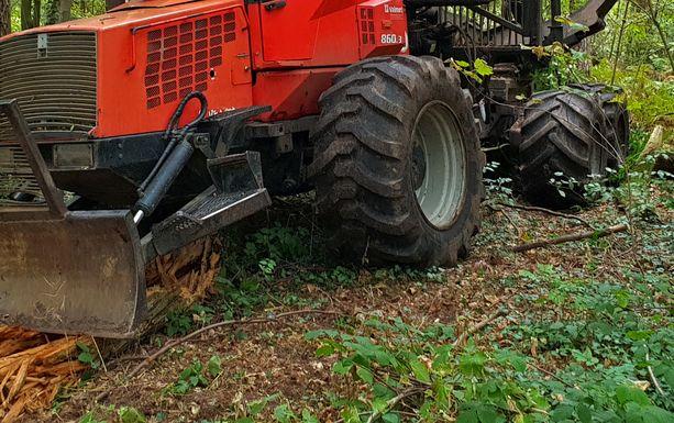 Nainen jäi traktorin alle puristuksiin Juvalla. Kuvituskuva.