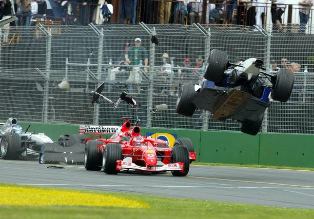 Ralf Schumacher lähti ilmojen teille miehen otettua vauhtia Ferrarin Rubens Barrichellosta.