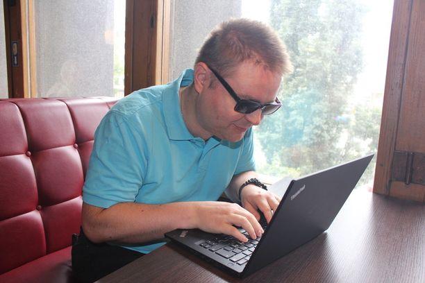Heikki Hannula tekee ohjelmistosuunnittelijan töitä apuvälineiden avulla.
