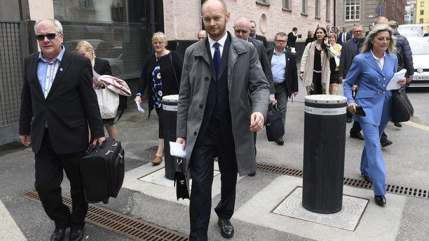 Perussuomalaisista irtautuneet kansanedustajat marssivat 13. kesäkuuta perussuomalaisten ryhmähuoneeseen, jossa he jättivät erokirjeensä ryhmänjohtajalle Toimi Kankaanniemelle. Ritva Elomaa (oik.) palasi perussuomalaisiin 22. kesäkuuta.