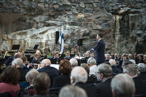 Konsertin aloitti Helsingin poliisisoittokunta Finlandialla.