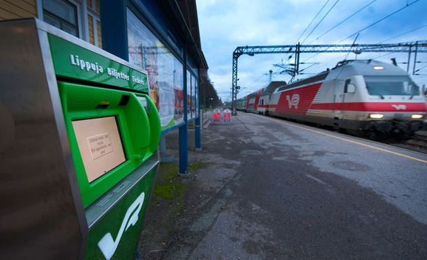 Mies työnsi naisen junaraiteille lauantaiyönä Karjaan rautatieasemalla. Kuvituskuva.
