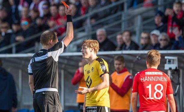 KuPS:n Joachim Osvald potkaisi HIFK:n Matias Hännistä ja pääsi suihkuun ensimmäisen puoliajan lopulla.