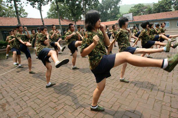 Oppilaat tekevät fyysisiä harjoituksia internetriippuvuutta hoitavassa koulussa Jinanissa Kiinassa vuonna 2010. Kuvituskuva.