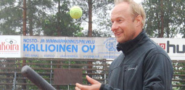 Simo Eerikäinen jahtaa ensimmäisenä pesäpalloilijana 1000 kotiutuslyönnin haamurajaa.