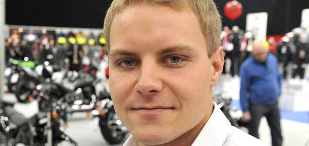 Valtteri Bottas pesi tallitoverinsa Alexander Simsin.