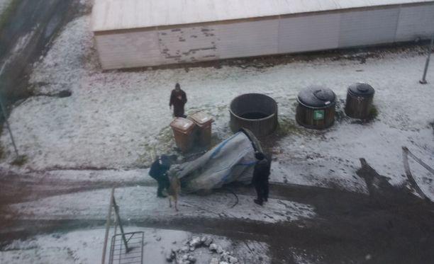Kadonneen naisen naapuri kuvasi poliisin ja ruumiskoiran tutkimassa taloyhtiön jätesäiliöitä maanantaina.