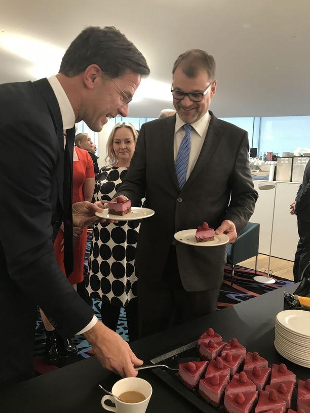 Pääministeri Juha Sipilä vei vieraansa mm. Helsingin keskustakirjasto Oodiin.  Alankomaiden pääministeri Mark Rutte vasemmalla.