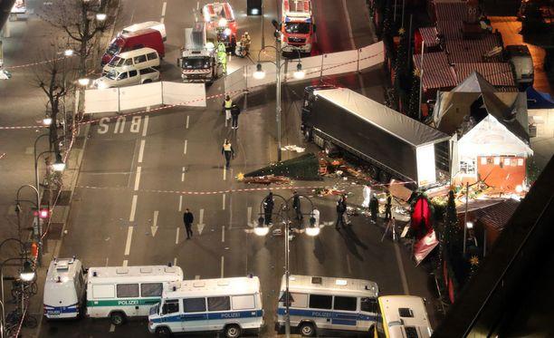 Iskussa joulutorille Berliinissä on kuollut 12 ja sairaalahoitoon on joutunut 48 ihmistä.