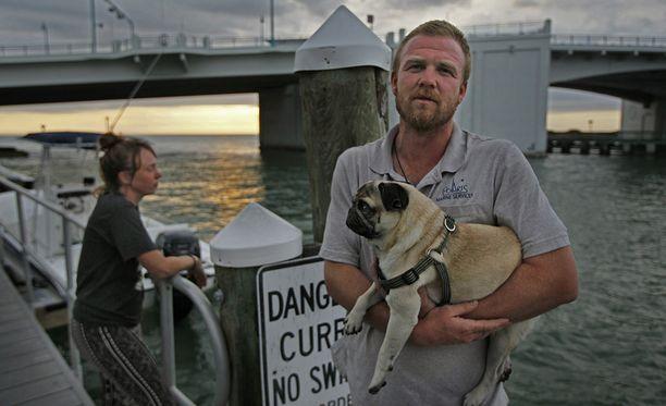Koira ja 90 dollaria. Ne saatiin veneestä pelastettua.