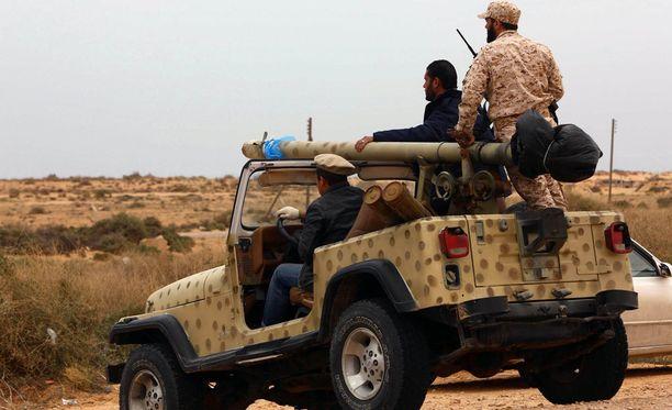 Kuvassa Libyan hallituksen joukut valmistautuivat Isisin vastaiseen hyökkäykseen Sirtessä.