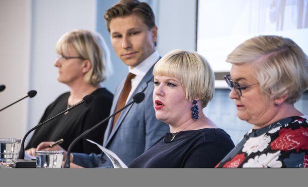 """Annika Saarikko (toinen oikealta) perusteli vastinemenettelyä sillä, että sote-lakipakettiin tehtävät muutokset ovat merkittäviä, mutta eivät koske sote-uudistuksen """"perustyökaluja"""". Antti Häkkäsen mukaan hallituksella on malli, johon voi luottaa. Kuvassa myös Anu Vehviläinen ja Pirkko Mattila."""