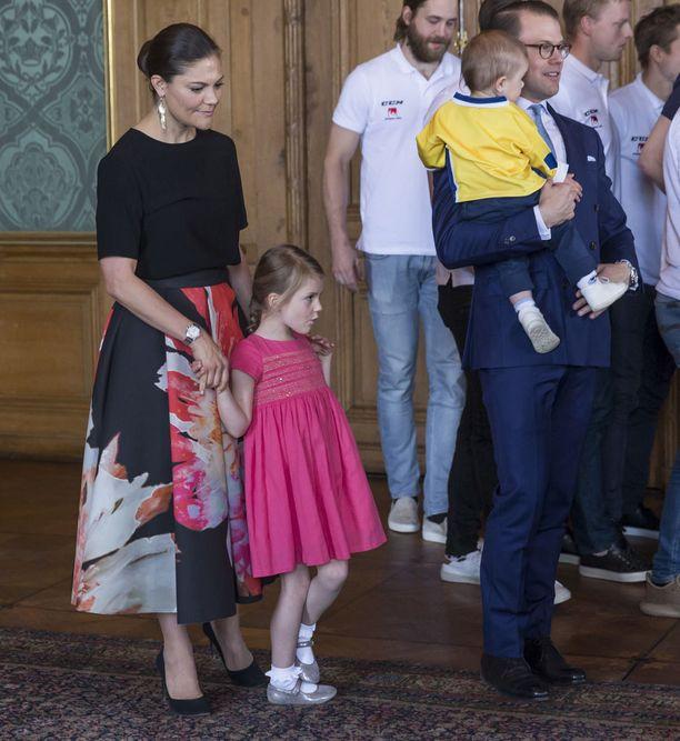 Perheeseen kuuluvat myös viisivuotias Estelle ja vuoden ikäinen Oscar.