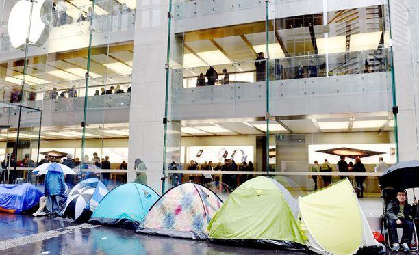 Innokkaimmat uuden iPhonen ostajat ovat leiriytyneet Applen kauppojen edustalle. Kuva Australian Sydneystä.