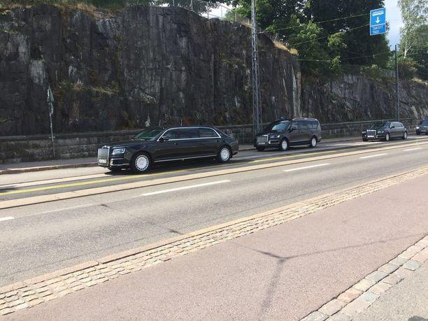 Musta autosaattue käänsi päitä lipuessaan kohti Venäjän suurlähetystöä.