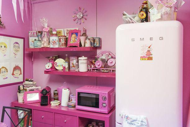 Jo yritystoimintaa käynnistäessään Sanna teki ensimmäisen hankintansa korutehtaaseen. Hankinta oli vaaleanpunainen Smegin jääkaappi. Muutkin ruokailutilan kalusteet ja esineistö ovat mikroaaltouunia myöten samaa värimaailmaa.