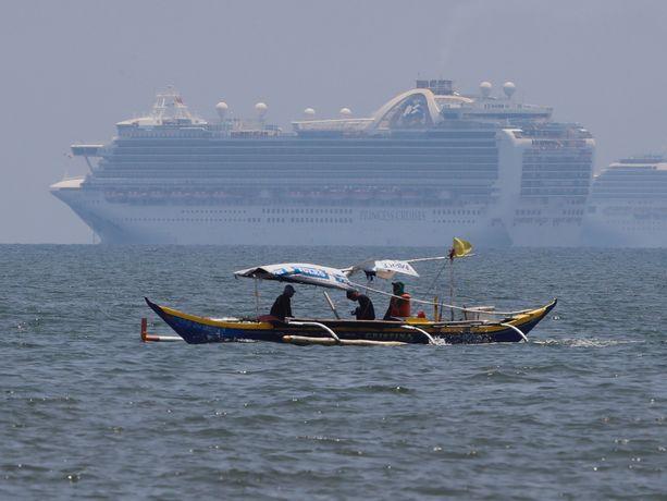 Noin 120 000 filippiiniläistä työskentelee loistoristeilijöillä. Osa heistä on päässyt Ruby Princess -aluksella Manilan edustalle odottamaan kotiinpääsyä.