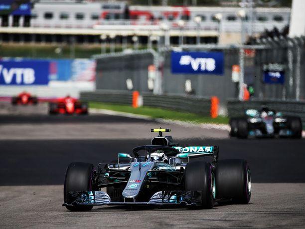 Valtteri Bottas hallitsi Venäjän GP:n tapahtumia, kunnes Mercedes päätti nostaa Lewis Hamiltonin hänen edelleen.