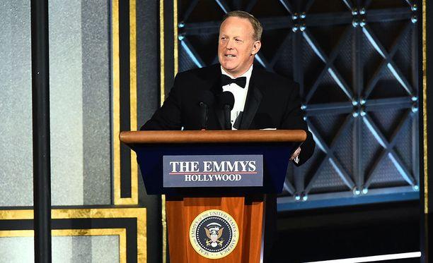 Valkoisen talon ex-tiedottaja Sean Spicer esiintyi yllättäen Emmy-gaalassa sunnuntaina.