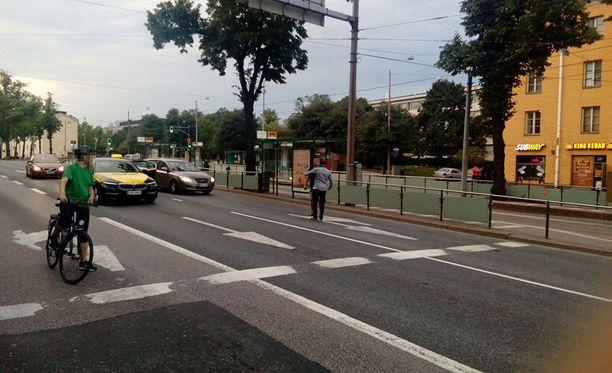 Liikenne seisoi, kun kaksikko määritti taksikyydille hintaa voimakeinoin.