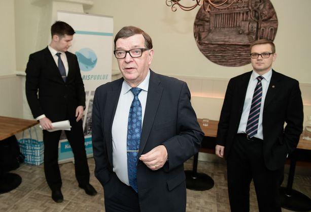 Kansalaispuolue perustelee Paavo Väyrysen erottamista taloudellisilla väärinkäytöksillä, luottamusaseman väärinkäytöllä sekä pyrkimisellä kilpailevan puolueen puheenjohtajaksi. Kuvassa Väyrynen ja kansalaispuolueen puheenjohtaja Sami Kilpeläinen (oik.) tammikuussa 2017 järjestetyssä tiedotustilaisuudessa.