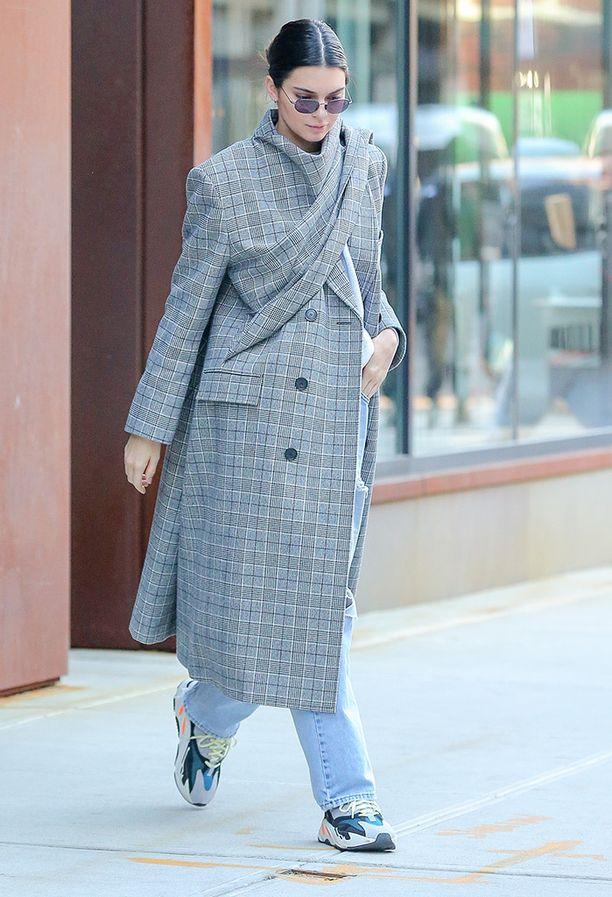 """Kendall Jennerkin sen tietää: tällä hetkellä trendikkäät ovat kömpelöt """"iskälenkkarit"""""""