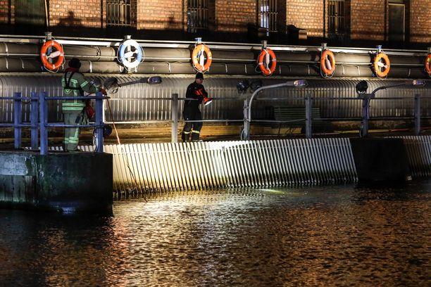Pelastuslaitoksen sukeltaja etsi kadonnutta torstai-iltana Tammerkoskesta.