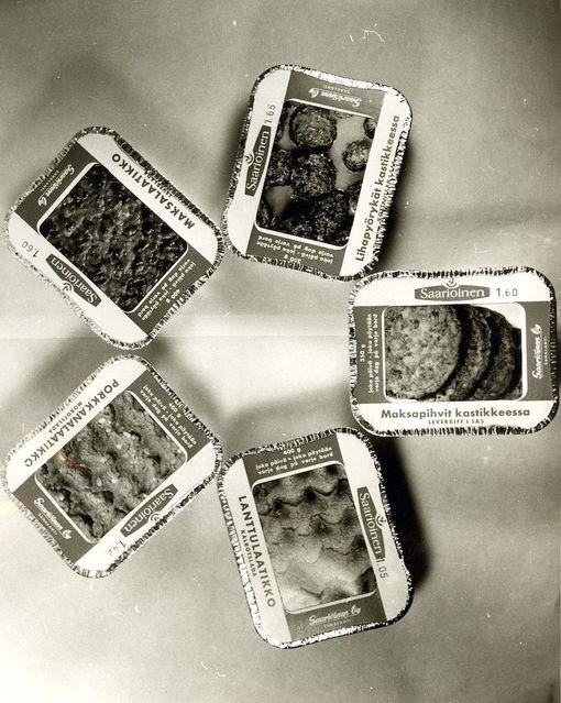 Laatikot valmiina ruokapöytään. Valikoimissa oli muun muassa maksapihvit kastikkeessa.