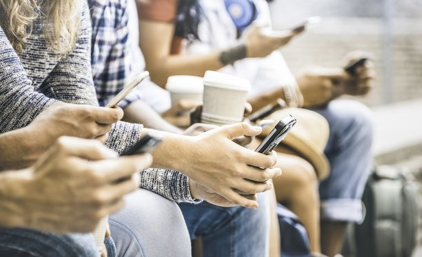9 prosenttia vastaajista kertoi selaavansa sovelluksia ystävien seurassa.