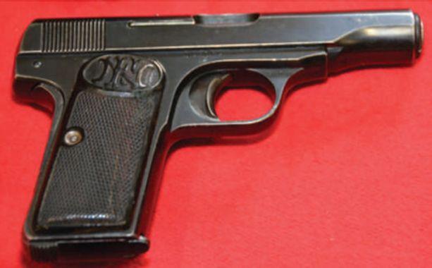 Tekoase oli 7,65 millimetrin puoliautomaattinen FN-merkkinen pistooli. Kuvan pistooli ei ole sama ase.