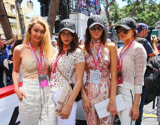 Gigi Hadid (vas.), Hailey Baldwin, Kendall Jenner ja Bella Hadid siirtyivät Cannesin elokuvajuhlilta näyttäytymään Monacon formulakisoissa. Välillä he ehtivät rentoutua luksusjahdilla. Siellä piipahti myös Lewis Hamilton.