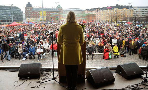 Jutta Urpilainen piti yhden vappupuheistaan Helsingin Hakaniemen torilla.