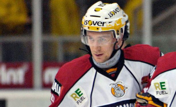 Jokerit-ikoni Antti-Jussi Niemi joutui yllättäen tekemään liigadebyyttinsä osin JyP HT:n paidassa.
