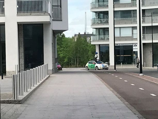 Google-auton katolla on kaikkiin suuntiin kuvaava kamera.