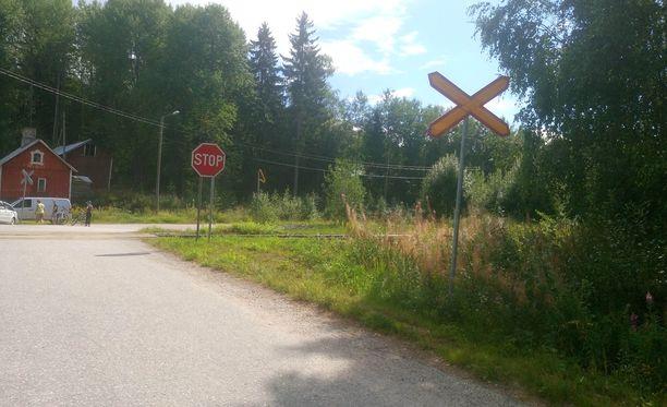 Henkilöauto ja tavarajuna kolaroivat puomittomassa tasoristeyksessä Nurmijärvellä.