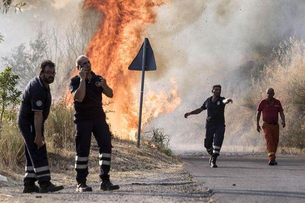 Tulipalot vaativat Calabriassa (kuva) sunnuntaina kahden ihmisen hengen. Sisiliassa vapaapalokuntalaisia puolestaan epäillään tahallisesta tulipalojen sytyttämisestä lisäkorvausten saamiseksi.