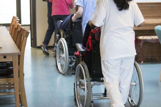 Suhteellisesti eniten hoitohenkilöstön rekrytointiongelmia on Kainuussa ja Etelä-Savossa, mutta tarvittavien uusien hoitajien määrä on suurin Uudellamaalla, jossa myös väestön ja vanhusväestön määrä on suurin, todetaan hallituksen esitysluonnoksessa.