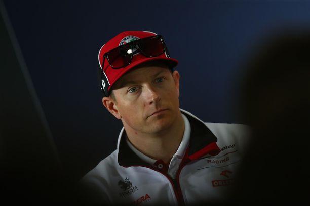 Kimi Räikkönen seurasi talvitestien avauspäivän varikolta.